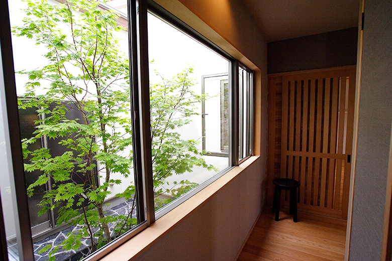 回廊、中庭のモミジ、三和土の土間など昔ながらの良さを活かした家です。
